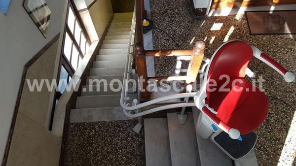 Foto delle scale utilizzabili grazie al montascale a poltroncina curvilineo a doppia guida ideato da Montascale 2c a Ceranesi