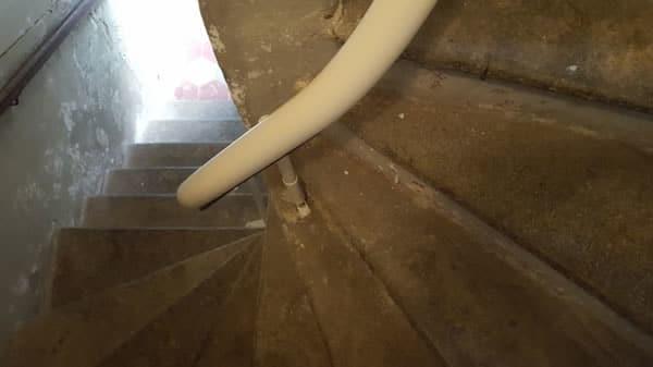 Tratto di rotaia di montascale curvilineo monoguida installato da Montascale 2C presso Cuneo