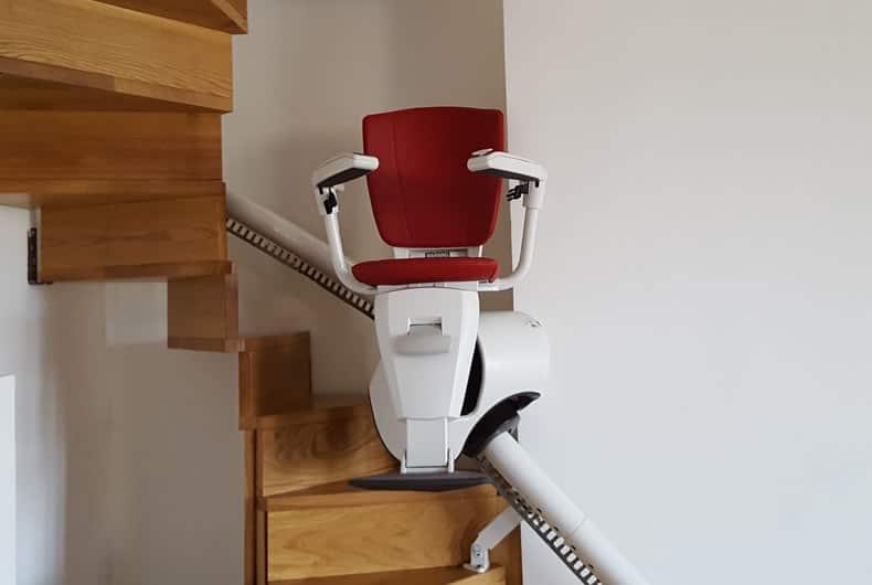 montascale rosso verticale flow su scale a chiocciola