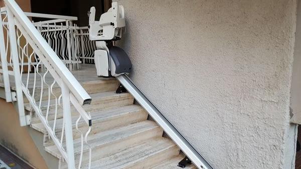 Scale di una casa di Diano Marina con montascale rettilineo da esterno con poltroncina