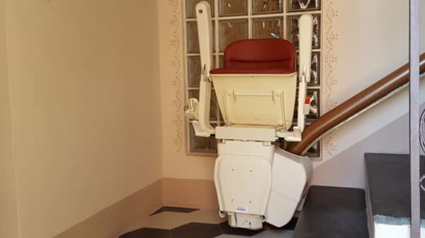 Foto scattata all'interno di una casa di Gavi presso la quale è stato installato un Montascale curvilineo monoguida