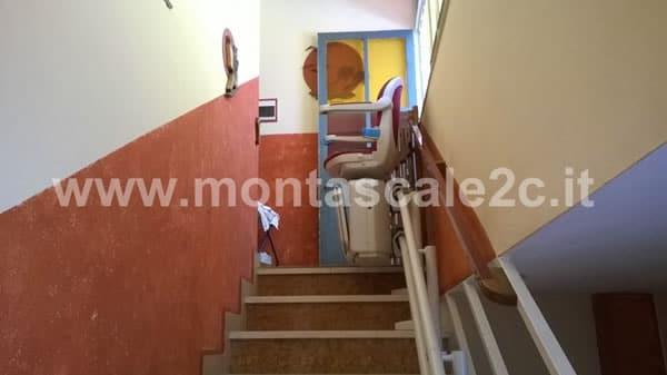Foto delle scale utilizzabili grazie al montascale a poltroncina curvilineo a doppia guida presso palazzo di Mondovi