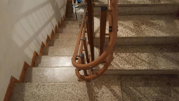 Particolare di un Montascale con poltroncina, modello curvilineo a doppia guida in edificio di Ponzone