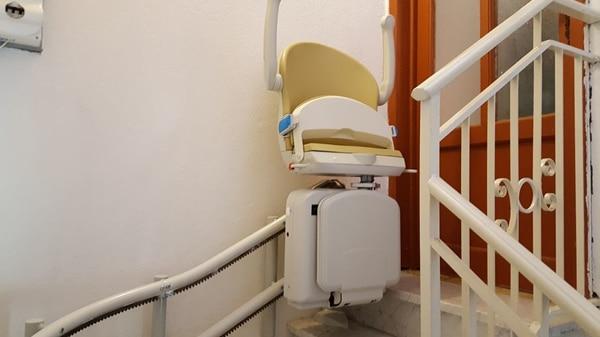 installazione montascale poltroncina curvilineo doppia guida a sassello, montascale chiuso davanti alla porta