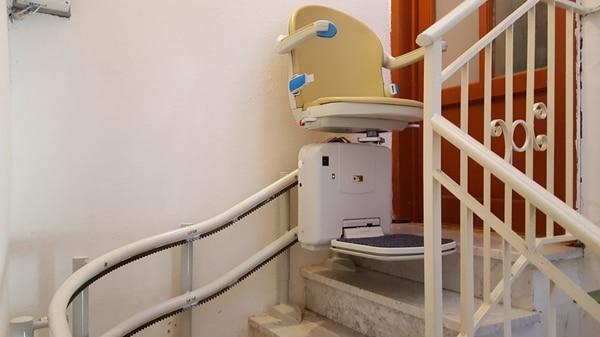 montascale curvilineo doppia guida color beige, installazione di sassello