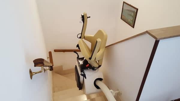 Scale con installate un montascale curvilineo monoguida all'interno di un appartamento di Savigliano