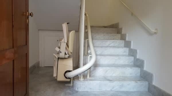 Montascale con poltroncina richiusa, modello curvilineo monoguida installato a Savona da Montascale 2C