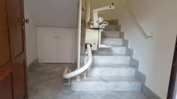 Montascale curvilineo monoguida in funzione all'interno di appartamento di Savona