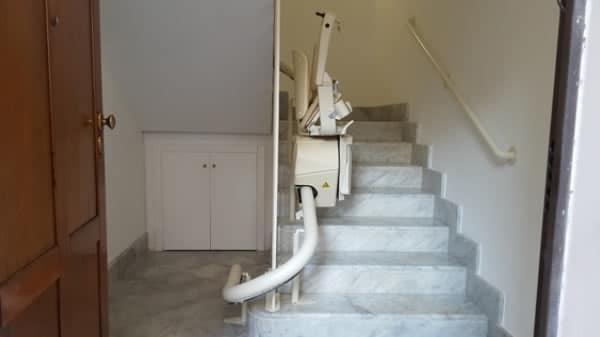 Foto scattata all'interno di un edificio di Savona provvista di montascale con poltroncina modello curvilineo monoguida