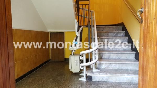Scale di una casa di Rapallo con montascale curvilineo a doppia guida realizzato dalla ditta Montascale 2C