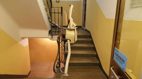 Foto delle scale con rotaia e montascale modello curvilineo monoguida a Varazze