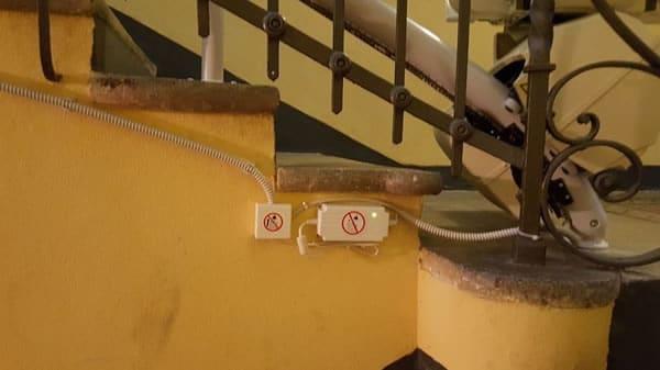Foto collegamento alla corrente per azionare montascale curvilineo monoguida in appartamento di Varazze