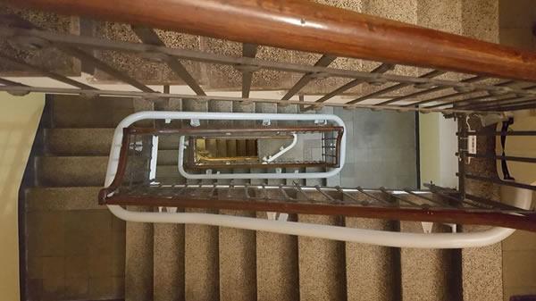 Scale di una casa di Varazze con rotaia di montascale curvilineo monoguida con poltroncina, installato dalla ditta Montascale 2C