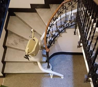Foto di scale di un appartamento con montascale con poltroncina modello curvilineo