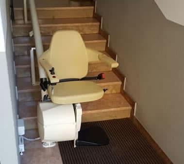 Foto di scale di un appartamento con montascale con poltroncina modello rettilineo