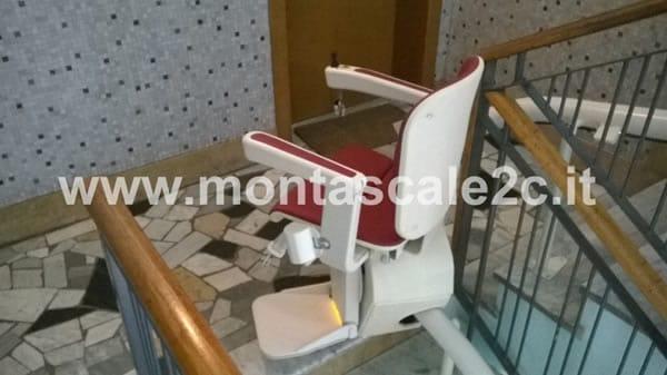 Particolare di un Montascale a poltroncina curvilineo monoguida della ditta Montascale 2c ed installato all'interno di un palazzo situato ad Asti