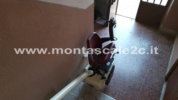 Foto scattata in un palazzo di Asti presso il quale è stato installato un montascale a poltroncina curvilineo monoguida realizzato dalla ditta Montascale 2c