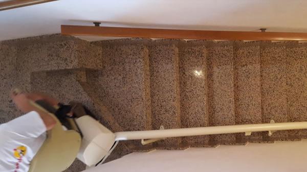 Foto di un palazzo di Borgo San Dalmazzo presso il quale è stato installato dalla ditta Montascale 2c un montascale a poltroncina curvilineo monoguida