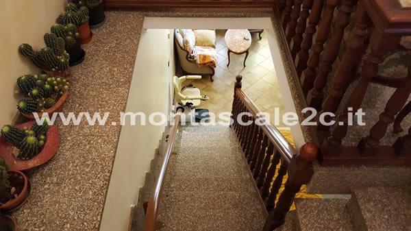 Visuale delle scale con, alla base un montascale curvilineo monoguida realizzato dalla ditta Montascale 2C
