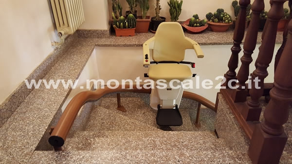 Foto scattata in un palazzo di Caraglio presso il quale è stato installato un Montascale a poltroncina curvilineo monoguida realizzato dalla ditta Montascale 2c