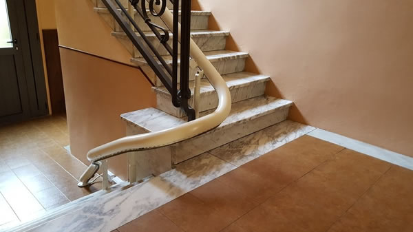 Particolare di un Montascale con poltroncina, modello curvilineo monoguida della ditta Montascale 2c ed installato all'interno di un palazzo situato a Casale Monferrato