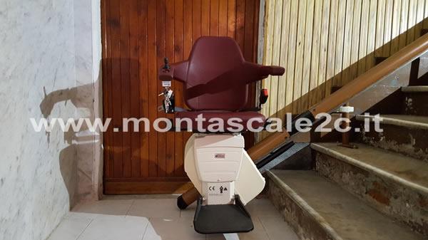 Foto di un Montascale a poltroncina curvilineo monoguida ideato dalla ditta Montascale 2c ed installato presso un palazzo di Genova Pontedecimo