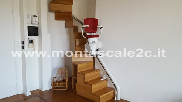 Visuale delle scale con alla base un montascale curvilineo monoguida realizzato dalla ditta Montascale 2C ed installato in questo palazzo di Genova Principe