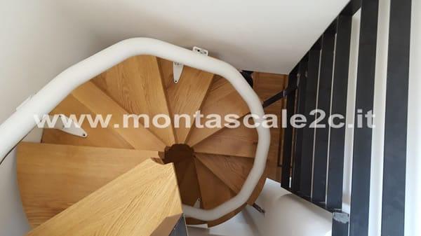 Foto scattata in un palazzo di Genova Principe presso il quale è stato installato un Montascale a poltroncina curvilineo monoguida realizzato dalla ditta Montascale 2c