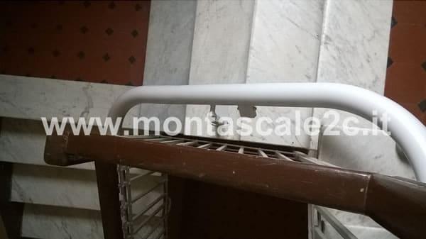 Particolare di un montascale curvilineo monoguida installato presso un palazzo di La Spezia