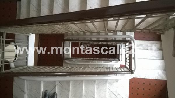 Foto delle scale di un palazzo di La Spezia presso il quale è stato installato un montascale a poltroncina curvilineo monoguida realizzato dalla ditta Montascale 2c