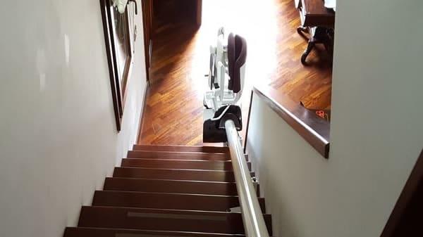 Foto di scalinata con modello di montascale curvilineo monoguida pronto per l'uso