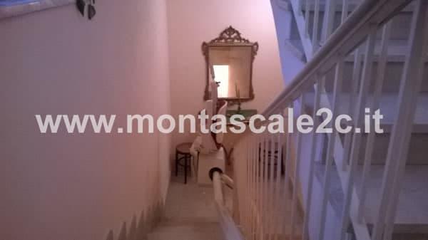 Particolare di un Montascale a poltroncina curvilineo monoguida (installato a Monferrato)