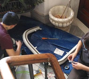 Montascale2C durante un installazione in condominio