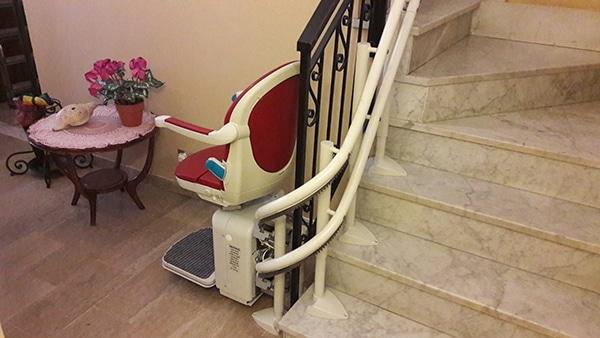 Montascale aperto e binario per scale strette