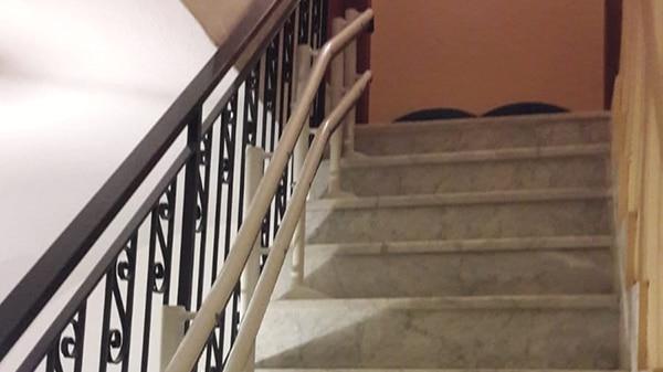 Esempio di binario montascale per scale strette