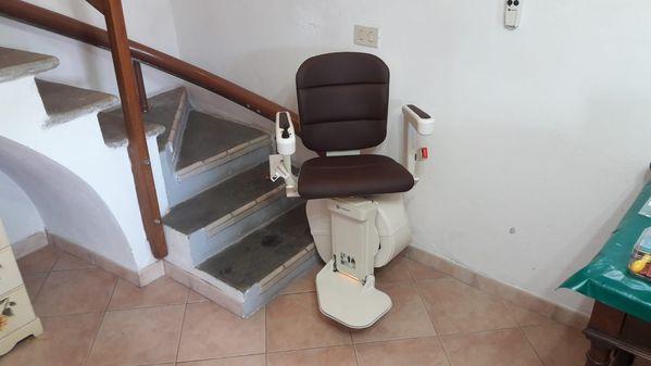 Montascale per scala stretta con rotazione sedile