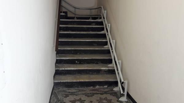 Installazione di montascala sottile in scale strette