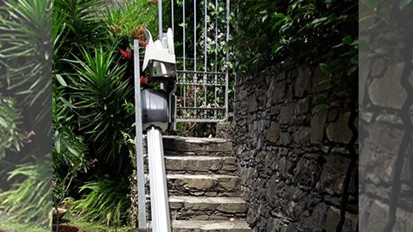 Montascale in giardino con scala in pietra di luserna